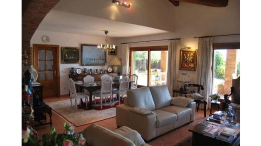 Villa rustique et charmante au Golf de Peralada, exposée plein sud