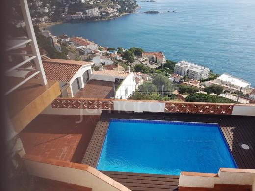 Belle maison individuelle avec piscine privée , garage et parking