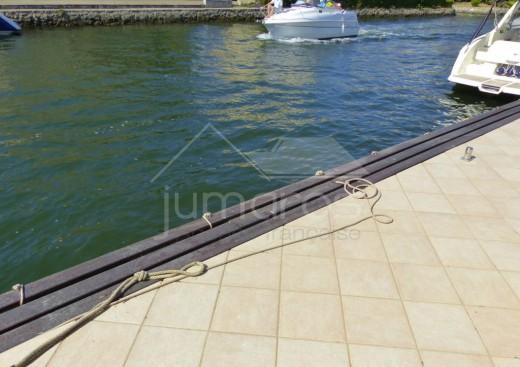 Villa avec piscine et amarre sur canal