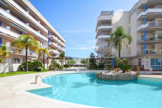 94m2 terrasse, 2 chambres, parking souterrain, rénové, vue sur la piscine