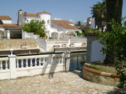 Maison avec amarre et possibilité de 4 appartements à Empuriabrava