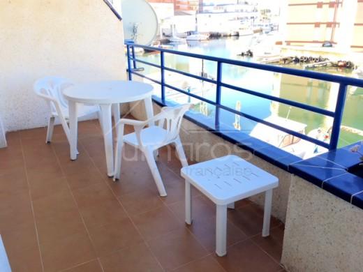Vue canal, jolie terrasse, près de la plage et des commerces