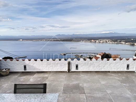Maison moderne avec vue spectaculaire sur la baie de Roses