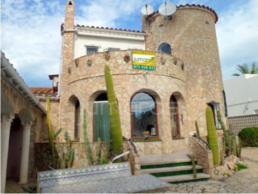 façade de la maison avec cactus
