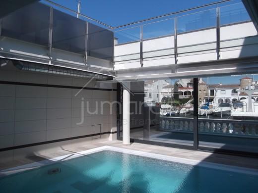 5 chambres, 535m2, piscine intérieur et 2 amarres privés