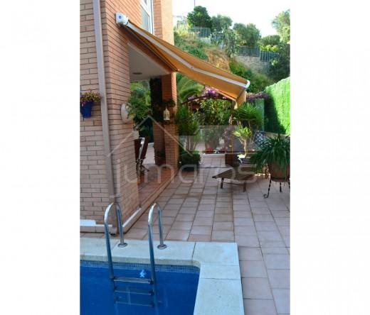 Maison de construction récente avec piscine
