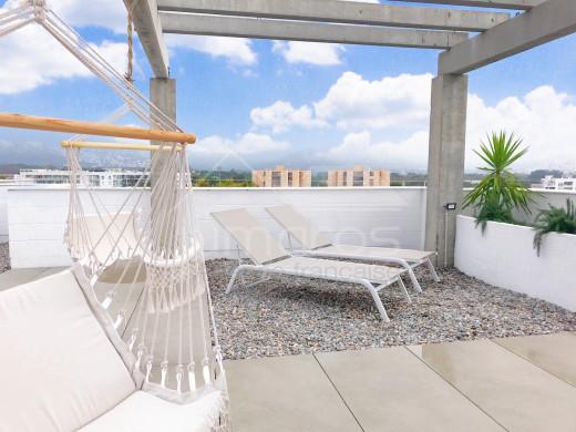 2 chambres, 94m2 terrasse, vue mer, rénové, piscine