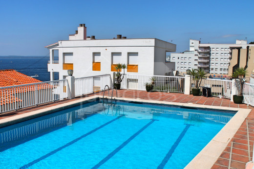 Apartment with terrace, sea view, private parking