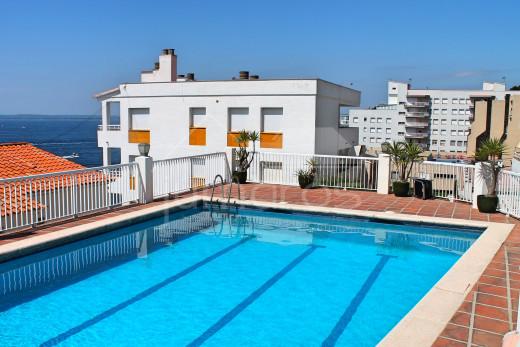 Apartamento con terraza, vistas al mar, parking privado.