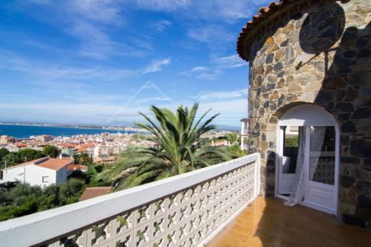 Villa avec vue mer et  piscine à quelques minutes à pied du centre et de la plage
