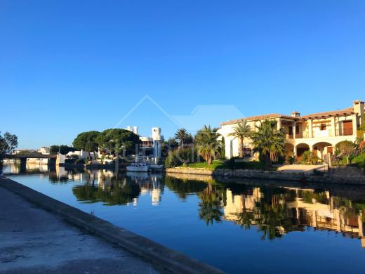 ATICO avec magnifique vue canal + parking à Empuriabrava