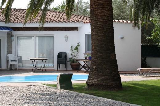 Maison avec joli jardin et piscine