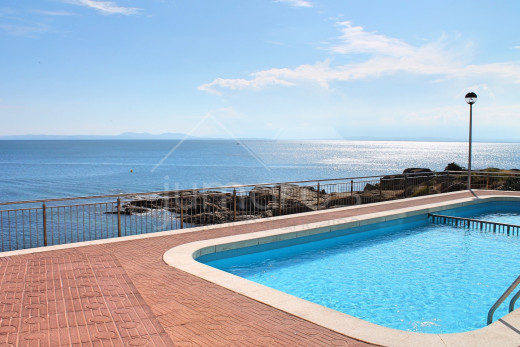 1st line of the sea, renovated, private parking and community swimming pool