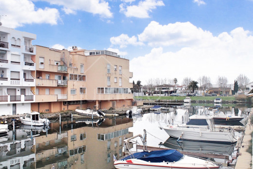 2 bedroom apartment with terrace, canal view and closed garage