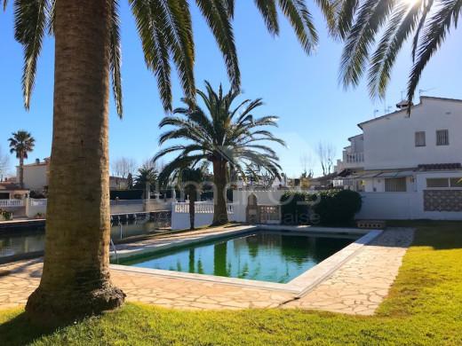 Appartement au canal avec terrasse, place de parking et piscine