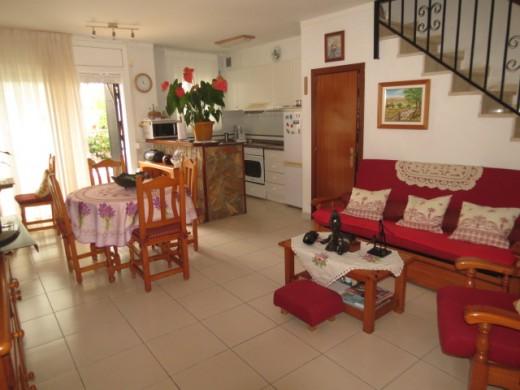Salon agréable avec accès terrasse