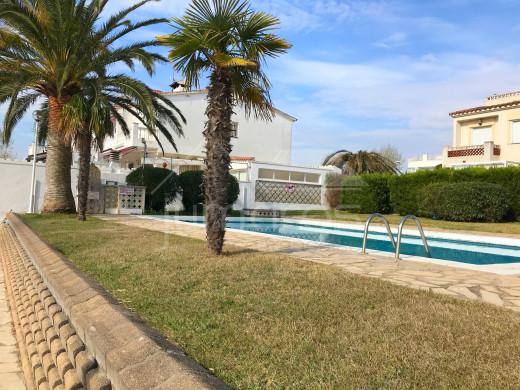 Appartement avec parking, amarre, et terrasse privés et piscine