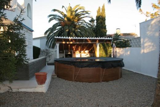 piscine et porche abritant cuisine d'été