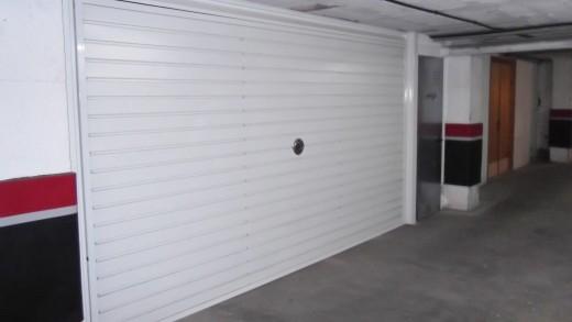 garage double en sous-sol avec porte pour débarras