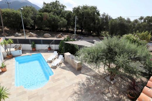 Maison de plain pied, 2 chambres, piscine et garage