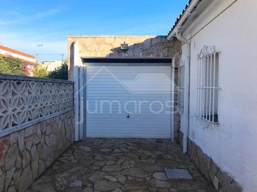 3 chambres, piscine privée, garage fermé et 2 places parking