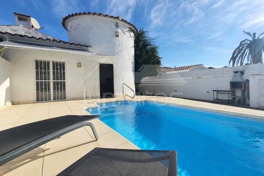 Maison avec grande terrasse ensoleillée, piscine et garage