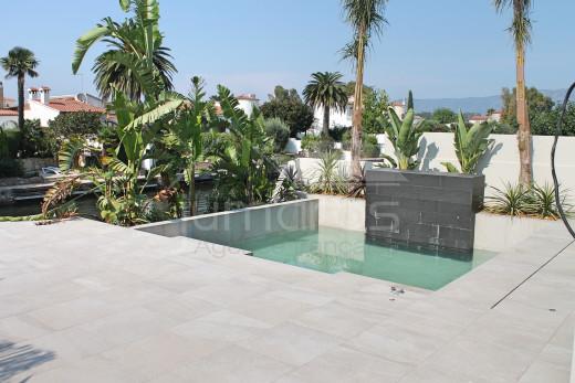 Maison de plain pied avec piscine et amarre