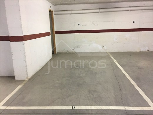 Place de parking en sous-terrain avec débarras, dans le centre de Roses et à 150m de la plage