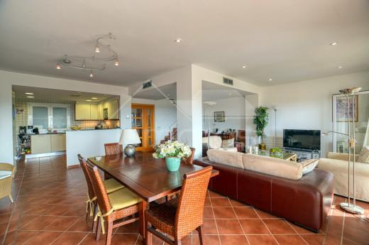 Superbe duplex avec 4 chambres, piscine, terrasse et garage