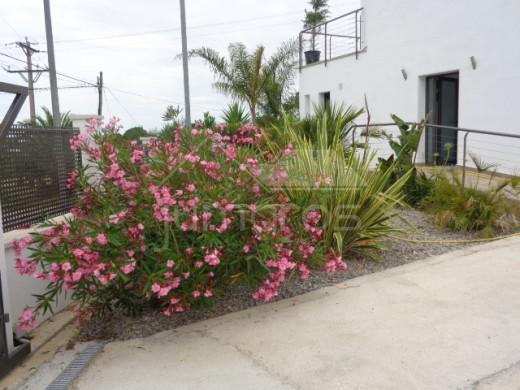 Jolie villa moderne, piscine et vue mer dans un environnement naturel