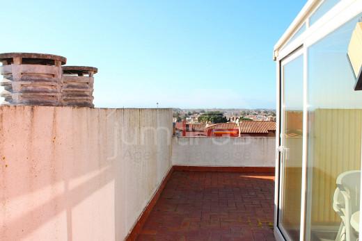 Duplex avec 2 chambres, grande terrasse à 100m de la plage avec vue mer