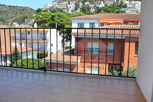 Appartement rénové avec solarium et terrasse près de la plage