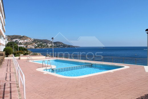 1ère ligne de mer, rénové, parking privé et piscine communautaire