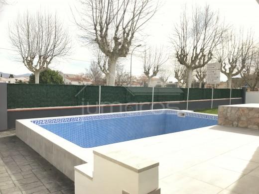 4 chambres, 255m2, rénové, piscine et garage privé