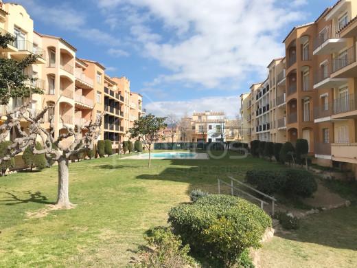 2 chambres, 66m2, rénové, piscine communautaire et 200m plage