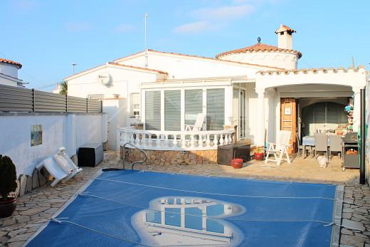 Maison de plain-pied avec piscine et garage
