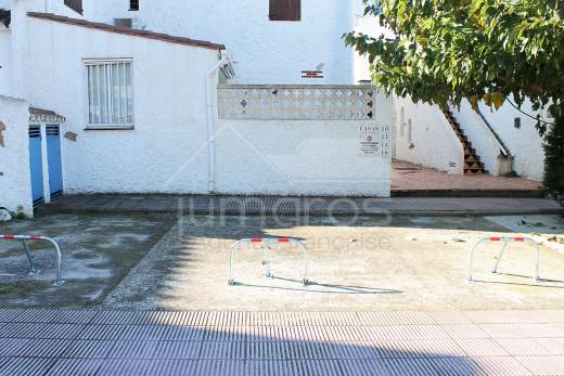 Maison mitoyenne avec piscine commune et parking