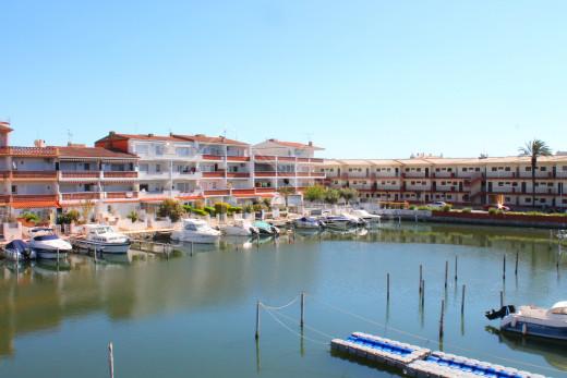 Appartement vue canal, proche plage et au premier étage d'un petit immeuble