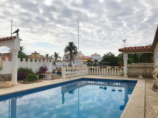 Villa au canal large, exposition sud avec amarre de 12,5 m