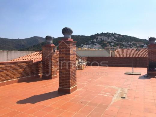 3 chambres, grande terrasse , piscine communautaire, centre Roses