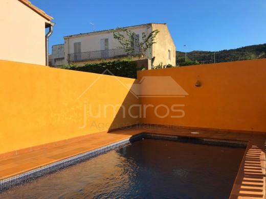 3 chambres, 138m2, construction récente, piscine, garage privé