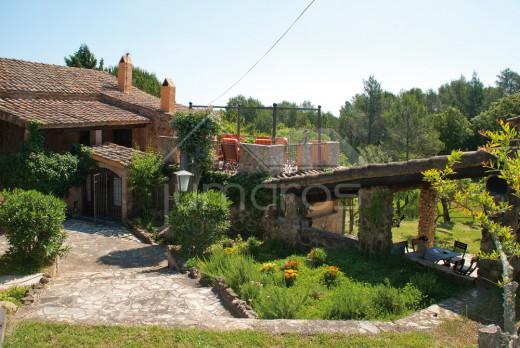 7 chambres, grand jardin, parking, garage et piscine