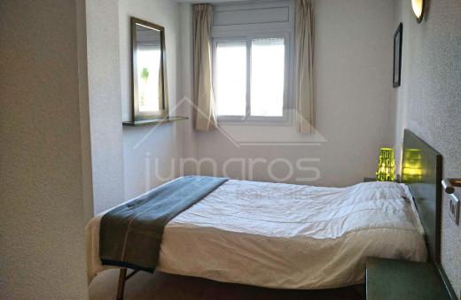 2 chambres, terrasse de 10m2, 1er étage, résidence sécurisée avec piscine.