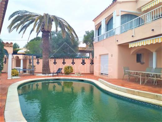 Maison moderne à Mas fumats avec piscine et jacuzzi