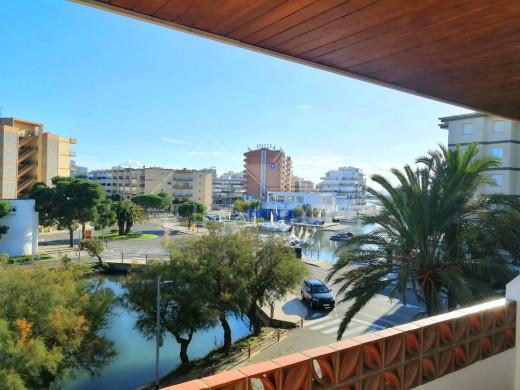 Appartement rénové, vue canal, terrasse, piscine communautaire