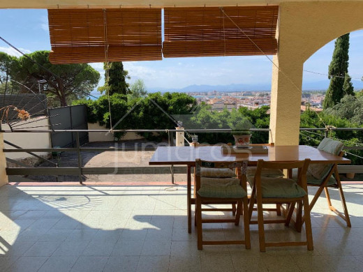 Maison à Roses avec piscine et grande terrasse
