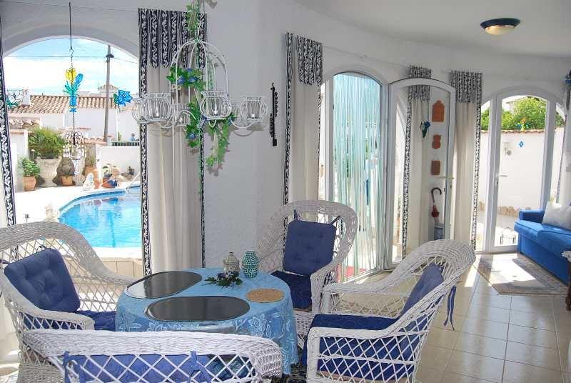 belle maison de plain pied avec piscine. Black Bedroom Furniture Sets. Home Design Ideas