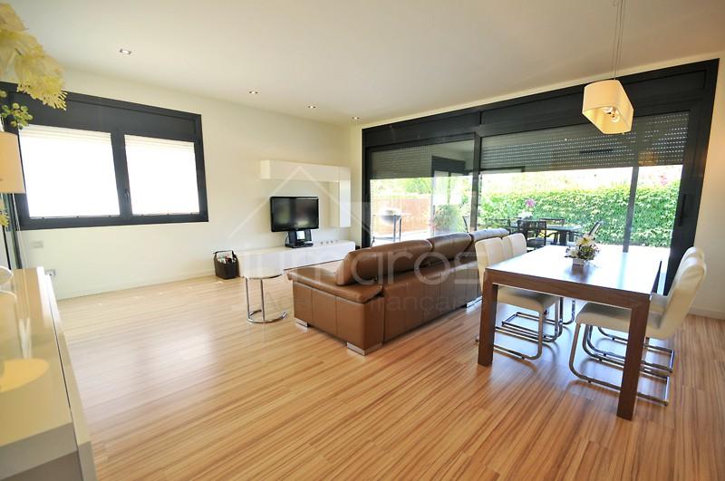 Superbe maison très moderne, construction de haute qualité.